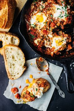 breakfast:Roasted Anaheim Pepper Tomato Poached Eggs via Artful Desperado Brunch Recipes, Egg Recipes, Great Recipes, Breakfast Recipes, Cooking Recipes, Vegetarian Recipes, Healthy Recipes, Cooking Time, Plats Healthy