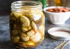 Pickled Garlic Recipe ~ If you love pickles and you love garlic, you just found a tasty new best friend. This Pickled Garlic Recipe also makes a great starter canning project! Canning Jars, Canning Recipes, Salad Recipes, Canning Pesto, How To Make Pickles, Pickled Garlic, Homemade Pickles, Pickles Recipe, Garlic Recipes