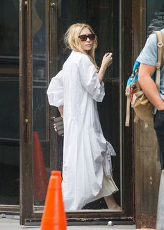 - Mary-Kate & Ashley seen outside their office in New York City - 213974801 281029 - OlsensObsessive.Com Gallery // Your number one resource for everything Mary-Kate and Ashley Olsen Olsen Fashion, Nyc Fashion, White Fashion, Star Fashion, Fashion Outfits, Mary Kate Ashley, Mary Kate Olsen, Elizabeth Olsen, Olsen Twins Style