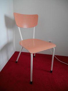 Simpele zalmroze stoel - € 10,00