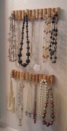 30 Brilliant storage and exhibition ideas for DIY jewelry - wine corks . - 30 brilliant storage and exhibition ideas for DIY jewelry – wine cork jewelry holder – - Diy Jewelry Holder, Jewelry Organizer Wall, Jewelry Hanger, Jewellery Storage, Jewellery Display, Jewelry Organization, Body Jewellery, Jewellery Shops, Diy Necklace Holder