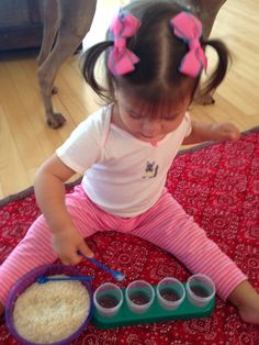 Transferir o arroz de um lugar para o outro - atividade infantil usando o método montessoriano