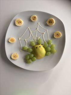 Eine kleine Spinne aus Weintrauben und Äpfel