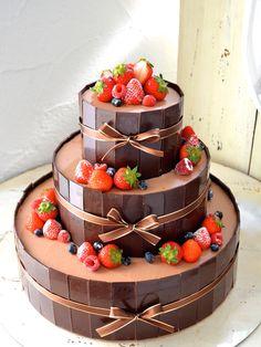 チョコレートケーキはビターな味わいとクールなデザインが、秋冬のウエディングをおしゃれに彩ってくれます。 混ぜても掛けても細工してもOKのチョコで素敵なケーキをデザインしてみてくださいね。