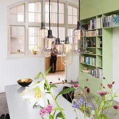 Prachtige lampen, mooi bloemetje, kortom bijna weekend🎉Fotografie:Jansje Klazinga/styling Emmy van Dantzig #lampen #glazenlamp #hanglampen…