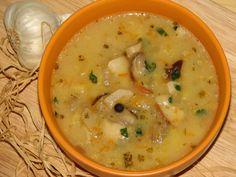 Przepis na delikatna zupa ziemniaczana z grzybami. Grzyby leśne obrać, opłukać i pokroić. Cebulę obrać, opłukać i pokroić w kostkę. Smalec roztopić, przełożyć do niego cebulę i zeszklić.