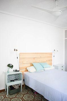House Tour: A Turquoise Lover's Cozy Spanish Home   Apartment Therapy Mesita hecha con caja de madera pintada en turquesa y cabecero de listones DIY