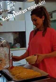 """Η Δέσποινα Βανδή μπήκε στην κουζίνα και έφτιαξε Πασχαλινά τσουρέκια + Η """"μυστική"""" συνταγή της τραγουδίστριας   fthis.gr Ethnic Recipes, Food, Easter, Essen, Easter Activities, Meals, Yemek, Eten"""