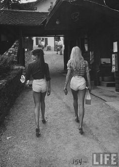 Here we have a photo of sex-icons Jane Birkin and Brigitte Bardot showing off their hot pants. This photo was taken while they were walking the streets of Paris. Bardot won the world over with her charms, talent, and effortless beauty. Street Style Vintage, Look Vintage, Vintage Beauty, Vintage Glamour, Vintage 70s, Brigitte Bardot, Bridget Bardot, Christy Turlington, 70s Fashion
