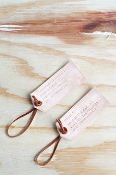 Ik geef je alle tips en trucs om in leer te stempelen en hoe je deze bagage naamkaartjes van leer maakt.