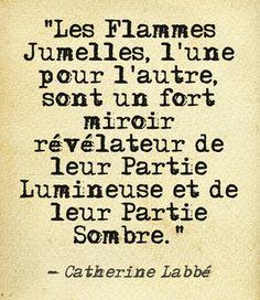 Les flammes jumelles, l'une pour l'autre, sont un fort miroir révélateur de leur partie Lumineuse et leur partie Sombre (peurs, mémoires, blocages, blessures...). #Citation #flammesjumelles #twinflames #RenaiSens #amour #catherinelabbé
