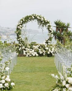 "Pnina Tornai su Instagram: ""Double tap if you would say ""I do"" in front of this circular floral arch. (I wish you could like things more than once ). Via…"""