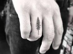 tatouage-arbre-pin-noir-annulaire-homme