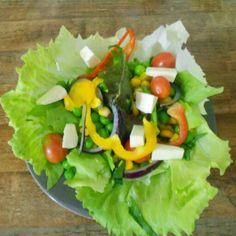 Salada que eu mesma fiz, porção individual,  os tomatinhos são sa minha horta. #hortadonaberinjela #culinária #horta #hortaemcasa #hortaurbana #hortacaseira #salada  #homegarden #salad