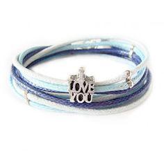 """Bransoletka """"kocham cię"""" z woskowanych sznurków w niebieskich kolorach z napisem """"I love you""""."""