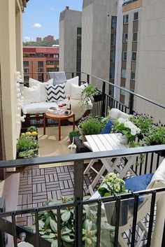 Small balcony with pallet furniture - DJC Greenery - Kleiner Balkon - Design Rattan Furniture Small Balcony Design, Small Balcony Garden, Small Patio, Balcony Ideas, Patio Ideas, Small Balconies, Small Terrace, Condo Balcony, Diy Patio