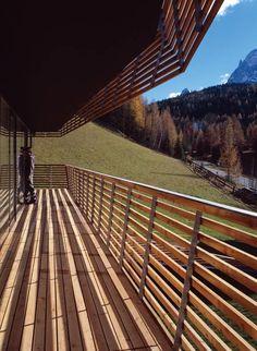 Strata Hotel/extension to Residence Königswarte by Plasma Studio // Proste efektowne rozwiązanie dla balustrad i fasady budynku z użyciem drewna. / Simple impressive solution for balustrades and building facades with wood using.
