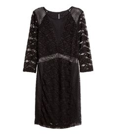Black. Short, fitted dress in lace and mesh with 3/4-length sleeves. Partly lined in jersey.