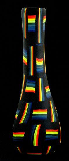 Schwarzes Glas mit Farbglaselementen geschmolzen aufgerollt und geblasen sandgestrahlt