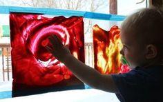 An verregneten Sonntagen voller Langeweile perfekt (und auch sonst): Füll ein paar Tropfen Fingerfarbe in einen Gefrierbeutel, kleb ihn an ein Fenster (so, dass die Öffnung gut verschlossen ist) und lass der Kreativität deines Kindes freien Lauf.