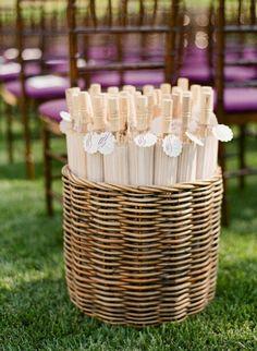 Sombrinhas para os convidados não ficarem no sol em casamentos ao ar livre