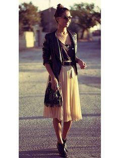 Ce qu'on lui pique : la jupe plissée (mais ça marche aussi avec une robe en dentelle), associée à un perfecto pour un air plus rock.