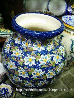 Vaso grande di ceramica dip. a mano #Italy http://ceramicamia.blogspot.it/2011/06/collezzioni-ceramiche-decorazione.html