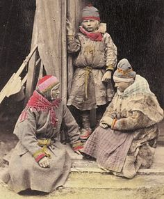 En samisk gutt og to jenter fra Norge på 1800-tallet. A norwegian Sami boy and two girls in the 1800's. Photo: F. Beyer, Bergen.