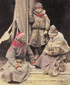 En samisk gutt og to jenter fra Norge på 1800-tallet. A norwegian Sami boy and two girls in the 1800's. Photo: F. Beyer, Bergen.