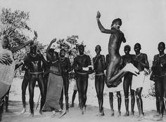 En el sur del Sudán, provincia de Equatoria, los nuer, los chiluks, nuba, azandes, tenían la desnudez como vestimenta. En 1955, acompañando al Ministro egipcio Salah Salem, nos encontramos con estos magníficos bailarines. El ministro bailó con ellos... en calzoncillos.