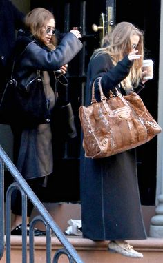 Mary-Kate and Ashley Olsen step out in the East Village on Wednesday. Ashley Olsen Style, Olsen Twins Style, Mary Kate Ashley, Mary Kate Olsen, Elizabeth Olsen, Olsen Fashion, Star Fashion, Fall Fashion, How To Tie Shoes