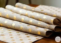 DIY No Sew Burlap Table Runner - this is so simple you'll actually have time to finish it before the holidays!