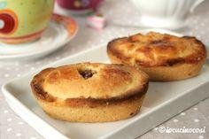 I pasticciotti leccesi sono dei dolcetti di pasta frolla con un delizioso ripieno di crema pasticcera e amarena.