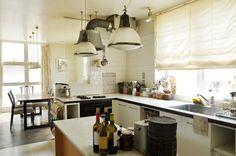 1900年代のイギリスのランプなど、アンティークがなじむキッチン。