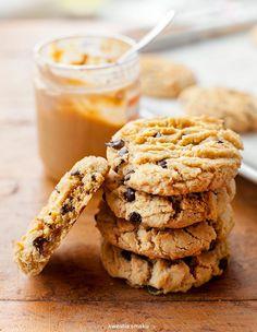 Ciasteczka z masłem orzechowym i kawałkami czekolady Cookie Recipes, Snack Recipes, Dessert Recipes, Desserts, Peanut Butter Cookies, Chocolate Chip Cookies, Food Cakes, Healthy Sweets, How Sweet Eats