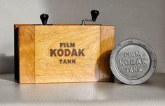 Online veilinghuis Catawiki: KODAK film Tank ca 1910 Vintage Cameras, Vintage Ads, Vintage Photos, Vintage Items, Kodak Film, 35mm Film, Camera Obscura, Shoot Film, Projectors