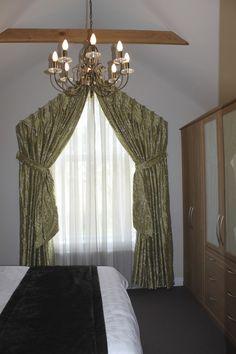 tolle ideen wie sie ihr dreiecksfenster verdunkeln wohnung pinterest gardinen vorh nge. Black Bedroom Furniture Sets. Home Design Ideas