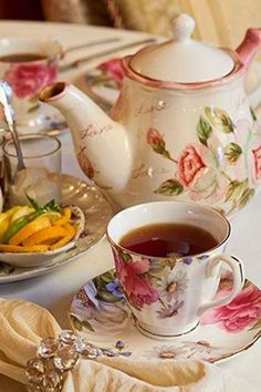 Table setting at The Painted Tea Cup. The Painted Tea Cup is located in a beautiful Victorian house in Upper Darby, Pennsylvania. Coffee Break, Coffee Time, Tea Time, Tea Cup Saucer, Tea Cups, Café Chocolate, Chocolate Snacks, Pause Café, Afternoon Tea Parties