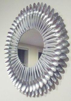 Espejo elaborado con cucharas de metal