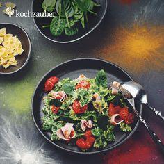 #Schmetterlingsnudeln in cremiger Spinat-Käse-Sauce mit glasierten Tomaten aus der Kleine Helden #Kochbox. Jetzt anschauen unter: https://www.kochzauber.de/catalog/category/Kleine_Helden?wmc=1674&utm_medium=social_media&utm_source=pinterest&utm_campaign=1674&utm_content=rezeptediewirlieben_organ