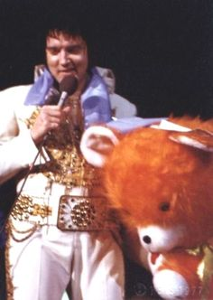 Elvis  on the stage in Philadelphia may 28 1977.