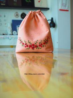 자수 수업 수강생분 작품 장미 자수자수 파우치 새 빨간 장미가 참 이쁜 요즘. 새 빨간 장미가 담장을 타고...