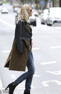 Rockiger Style! Mit dem Mantel von Laura Scott muss man auch bei niedrigen Temperaturen nicht auf den coolen Bikerjacken-Look verzichten. Einsätze in Lederoptik, ein Reverskragen mit Druckknöpfen, Schulterriegel, diverse Reißverschlüsse und ein Gürtel lassen den Damenmantel rockig und modern wirken. Wichtig: Sonnenbrille nicht vergessen!