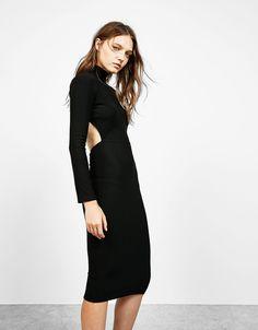 Midikleid aus Ripp mit offenem Rücken. Entdecken Sie diese und viele andere Kleidungsstücke in Bershka unter neue Produkte jede Woche