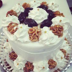 Simple cake! Massa baunilha, recheio de doce de leite com ameixas pretas!