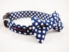 This Darling Collar Bow Tie Set is a classic style featuring navy blue with white polka dots.  Looking to match with your girl pup? Darling Collar Flower Set     Do you have trouble changing tags from collar to collar? Check out our Rubits!