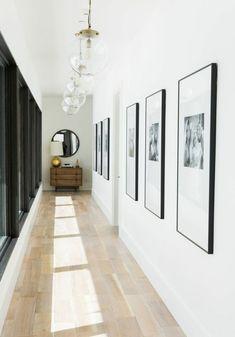 Miroir couloir. Des tableaux sont posés sur le mur. Flur Design, Home Design, Design Ideas, Design Design, Design Styles, Clean Design, Wall Design, Design Trends, Decor Styles