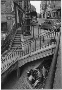 WILLY RONIS. Escalier de la rue Vilin, Belleville, 1959