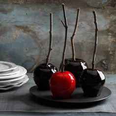Decadently Dark Candy Apples The magic ingredients for these bewitching apples? A deep crimson variety like Red Delicious, a few drops of food coloring—plus a dash of spicy cinnamon. Read more: Halloween Sweets and Treats Recipes - Halloween Party Swe Décoration Table Halloween, Sac Halloween, Creepy Halloween Party, Halloween Sweets, Halloween Goodies, Halloween Cupcakes, Holidays Halloween, Happy Halloween, Halloween Decorations
