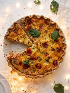 This caprese quiche is loaded with burst tomatoes, mozzarella and parmesan cheeses, dried and fresh basil all in a flakey, buttery crust. Omelettes, Quiches, Healthy Breakfast Dishes, Breakfast Recipes, Diabetic Breakfast, Quiche Recipes, Brunch Recipes, Brunch Ideas, Broccoli Cheddar Quiche